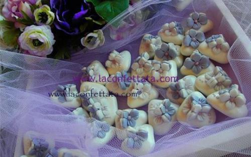 confetti-decorati-fiori-bianchi-lilla