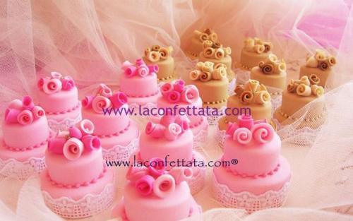 mini-cake-matrimonio-segnaposto-pizzo-sangallo-roselline-multicolore