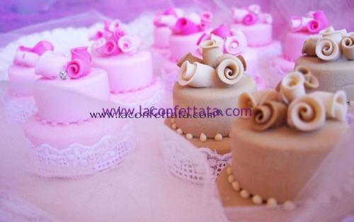 mini-cake-matrimonio-segnaposto-pizzo-sangallo-roselline-tono-colore