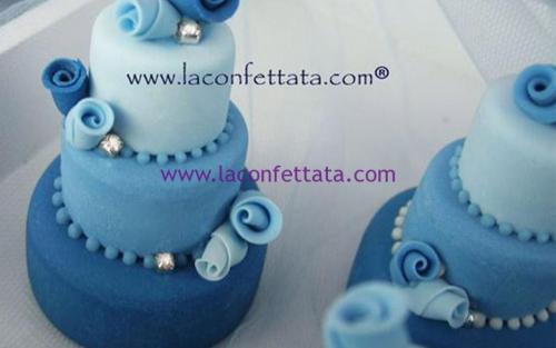 mini-cake-matrimonio-segnaposto-tre-toni-celeste-strass-roselline-sfumate
