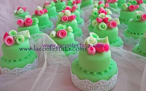 mini-cake-matrimonio-segnaposto-verde-pizzo-sangallo-roselline-multicolore
